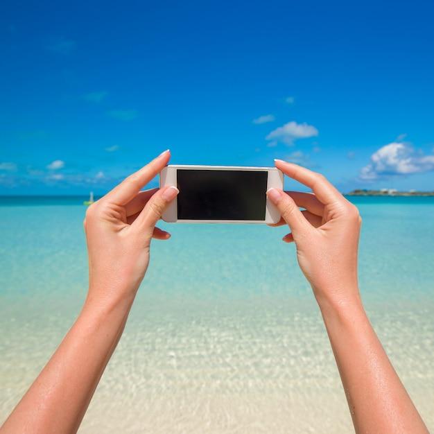 Feche acima do mar de turquesa do fundo do telefone no recurso wxotic Foto Premium