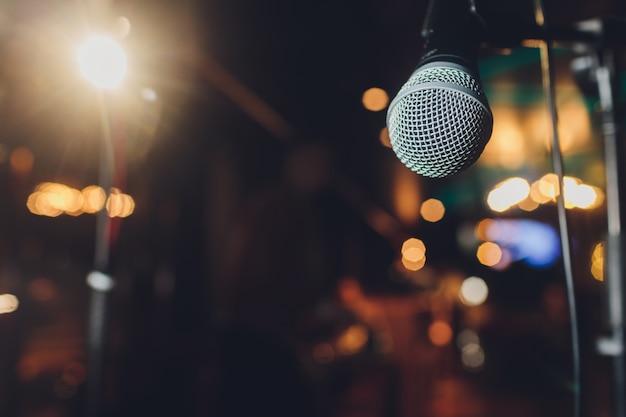 Feche acima do microfone na sala de concertos ou na sala de conferências. Foto Premium