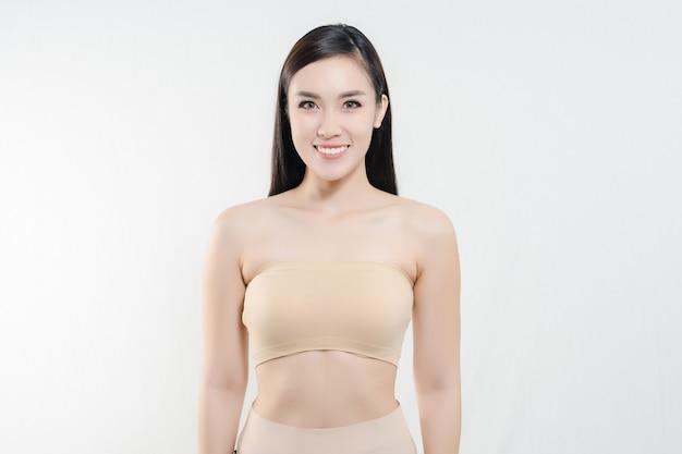 Feche acima do retrato da jovem mulher alegre com pele perfeita saudável Foto Premium