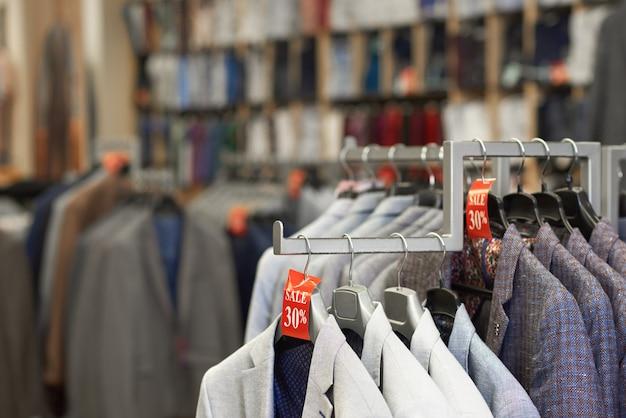 Feche acima dos revestimentos elegantes coloridos na loja. Foto Premium