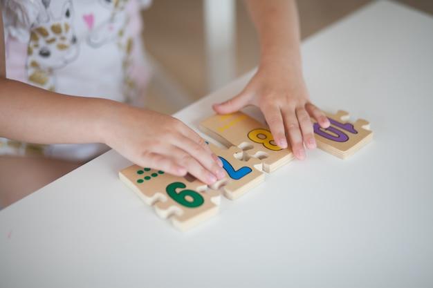 Feche as mãos de brincar de criança Foto Premium