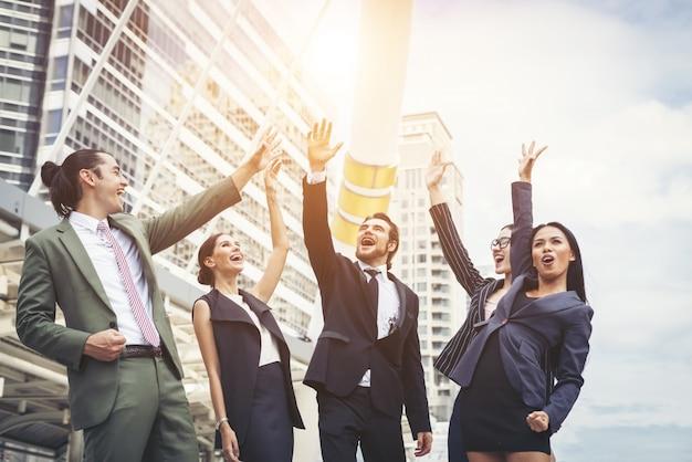 Feche as mãos dos empresários. conceito de trabalho em equipe. Foto gratuita