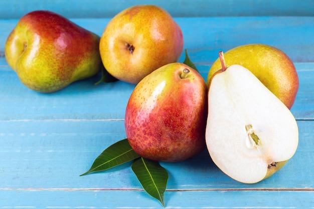 Feche as peras doces na mesa Foto Premium