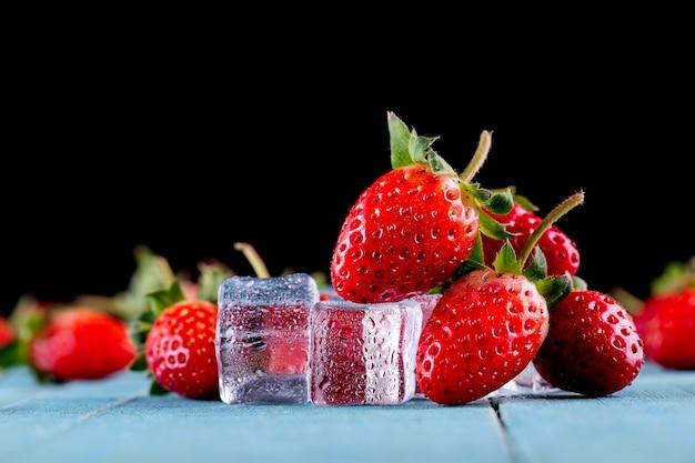 Feche morangos frescos na mesa Foto Premium
