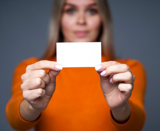 Feche o cartão nas mãos das mulheres com efeito bokeh e copie o espaço para a maquete do cartão. Foto Premium