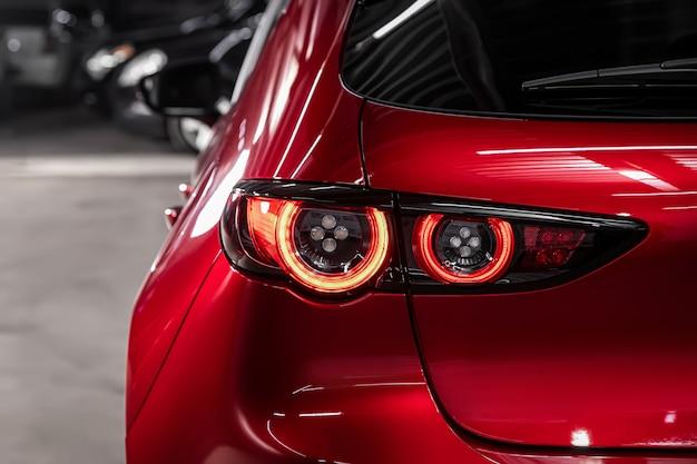 Feche o detalhe em um dos carros modernos de cruzamento vermelho da lanterna traseira vermelha. detalhe automóvel exterior. Foto Premium