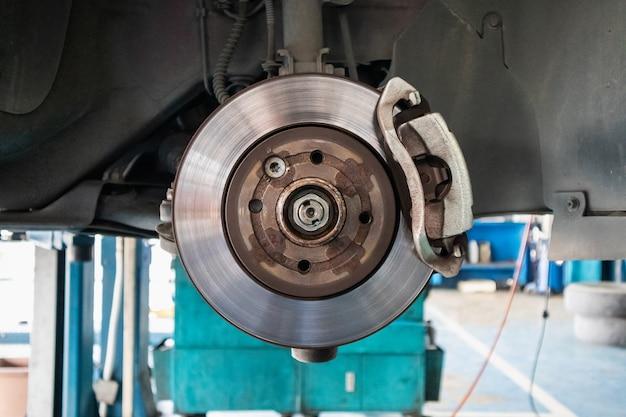 Feche o freio a disco na oficina de serviço automotivo Foto Premium