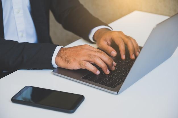 Feche o homem de negócios usando o laptop. Foto Premium