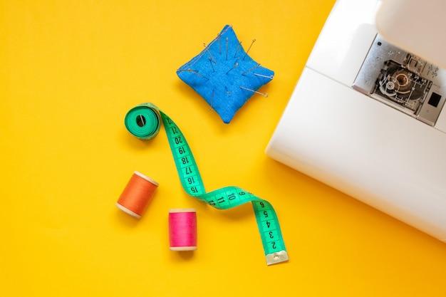 Feche o pé da máquina de costura e artesanato acessórios. Foto Premium