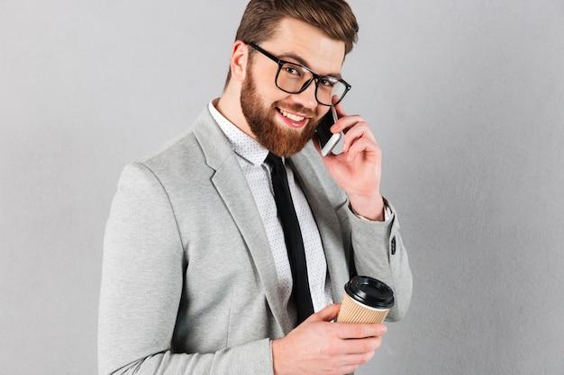 Feche o retrato de um empresário confiante, vestido de terno Foto gratuita