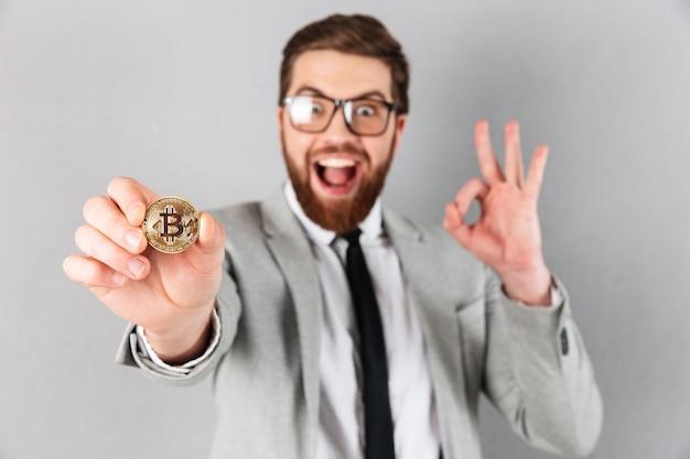 Feche o retrato de um empresário encantado Foto gratuita
