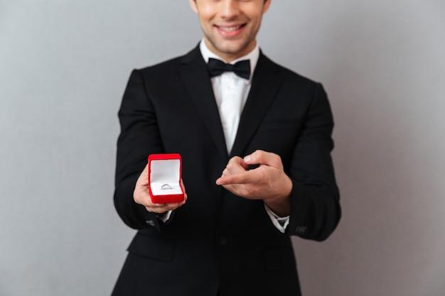 Feche o retrato de um homem sorridente Foto gratuita