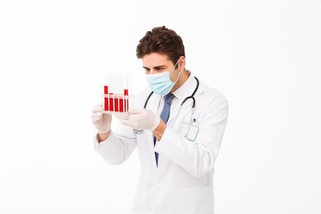 Feche o retrato de um jovem médico masculino confiante Foto gratuita