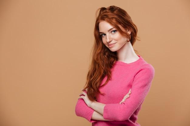 Feche o retrato de uma jovem ruiva atraente Foto gratuita
