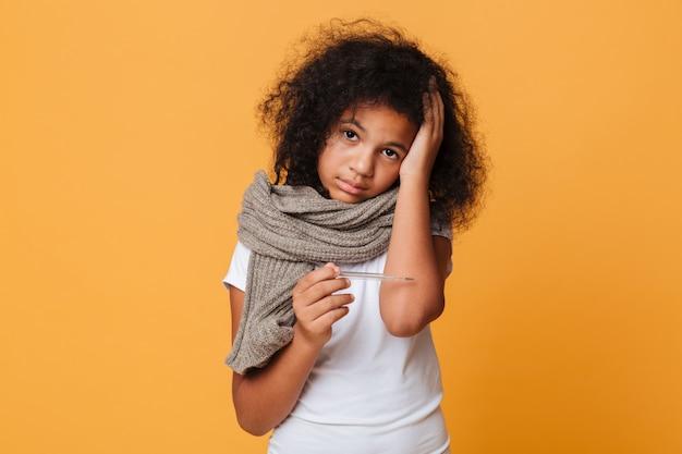 Feche o retrato de uma menina afro-americana doente Foto gratuita