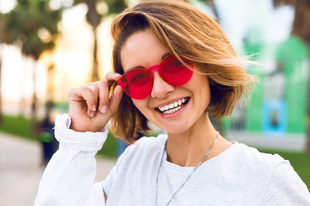 Feche o retrato positivo de uma jovem alegre sorrindo e rindo, moda positiva Foto gratuita
