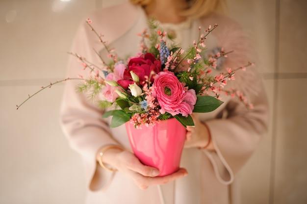 Feche o tiro de flores cor de rosa em pote Foto Premium