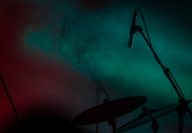 Feche o tiro de um microfone perto do tambor com fumaça Foto gratuita