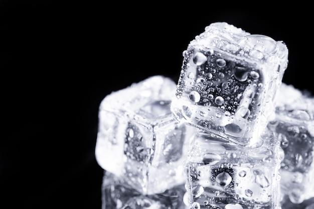 Feche os cubos de gelo na mesa Foto Premium
