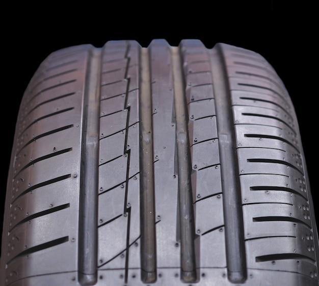 Feche pneus novos. Foto Premium