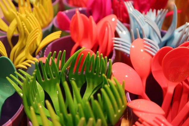 Fechou o bando de talheres de mercadorias plásticas multi-cor com foco seletivo Foto Premium