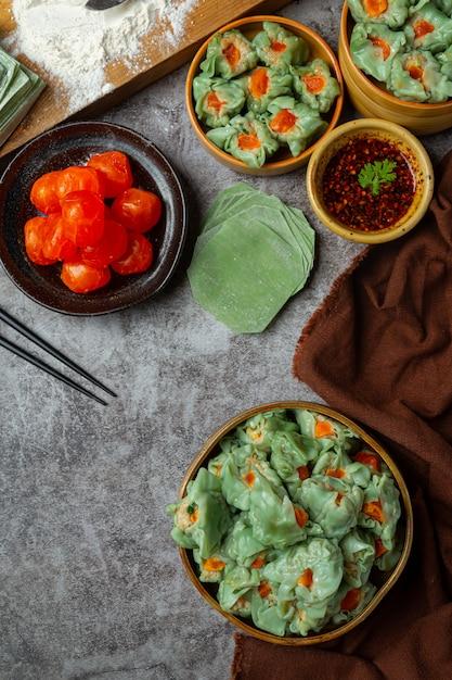Feijão recheado com carne de porco e ovos salgados cozinha asiática. Foto gratuita