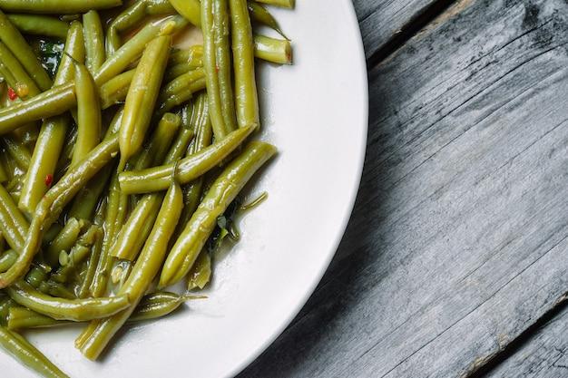 Feijão verde cozido em um prato branco Foto gratuita