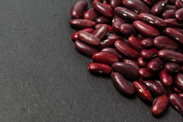 Feijão vermelho na mesa preta Foto Premium