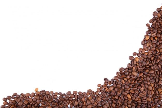 Feijões de café isolados em um fundo branco. Foto Premium