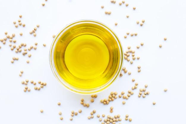 Feijões de soja e óleo isolado no branco. Foto Premium