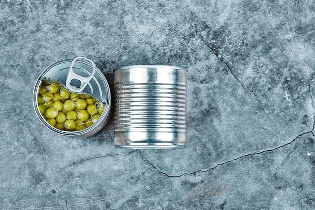 Feijões marinados em latas metálicas. Foto gratuita