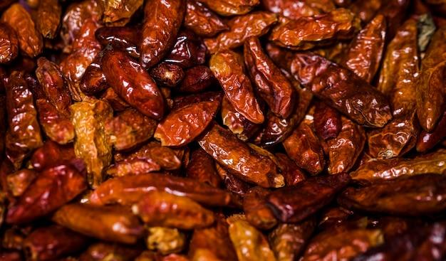 Feijões secos saudáveis no mercado para venda Foto gratuita