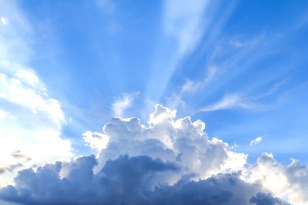 Feixe de luz e as nuvens Foto Premium