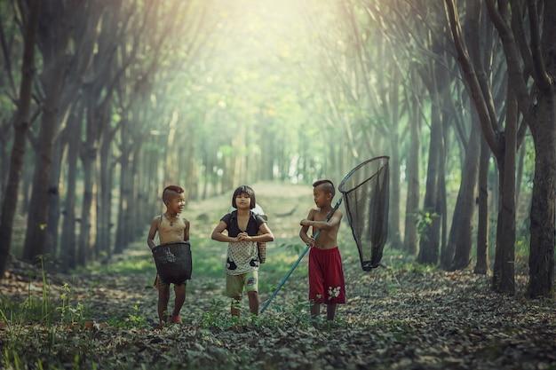 Felicidade das crianças asiáticas ao ar livre, campo da tailândia Foto Premium