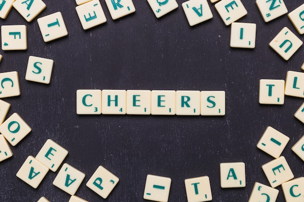 Felicidades scrabble letras sobre fundo preto Foto gratuita