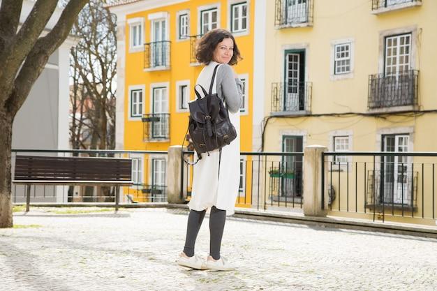 Feliz, alegre, femininas, viajante, pronto, para, caminhada Foto gratuita