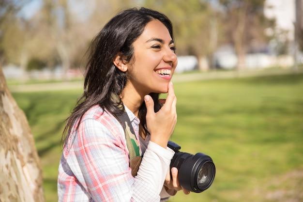 Feliz alegre fotógrafo feminino se divertindo Foto gratuita