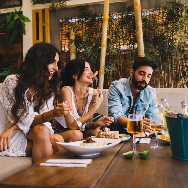 Feliz amigos no restaurante Foto gratuita