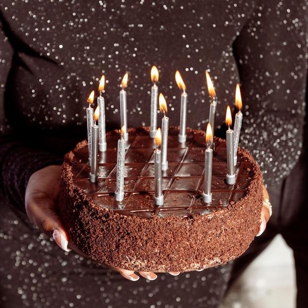 Feliz aniversário bolo de chocolate vista panorâmica Foto Premium