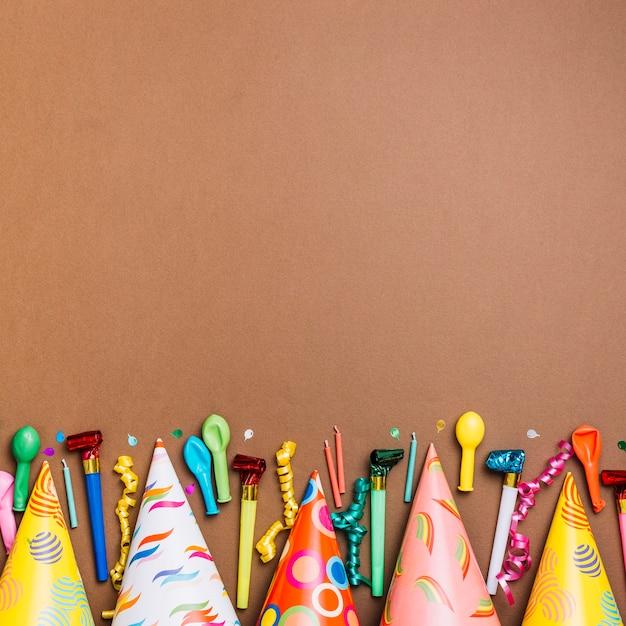 Feliz aniversário cartão com objetos em cartão marrom Foto gratuita