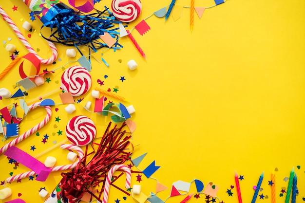 Feliz aniversário composição com espaço para a mensagem Foto gratuita