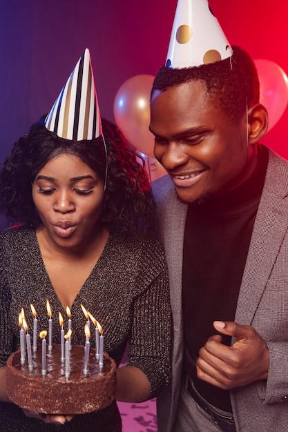 Feliz aniversário menina soprando velas Foto gratuita
