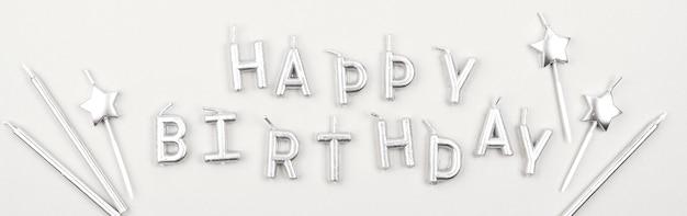 Feliz aniversário velas achatadas Foto gratuita