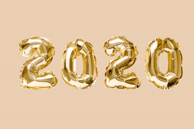 Feliz ano novo 2020 celebração. numeral de balões de folha de ouro 2020 isolado Foto Premium