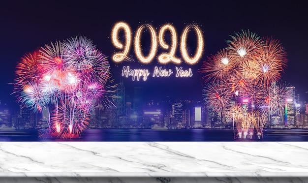 Feliz ano novo 2020 (renderização em 3d) fogos de artifício sobre a paisagem urbana à noite com mesa de mármore branca vazia Foto Premium