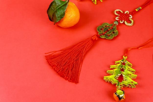 Feliz ano novo chinês com decorações tradicionais em fundo vermelho. Foto Premium