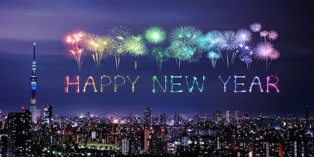 Feliz ano novo fogos de artifício sobre a paisagem urbana de tóquio à noite, japão Foto Premium