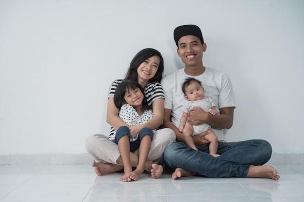 Feliz asiático familly vestindo roupas casuais Foto Premium