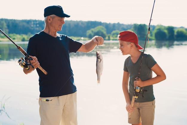 Feliz avô e neto de pesca no rio. Foto Premium