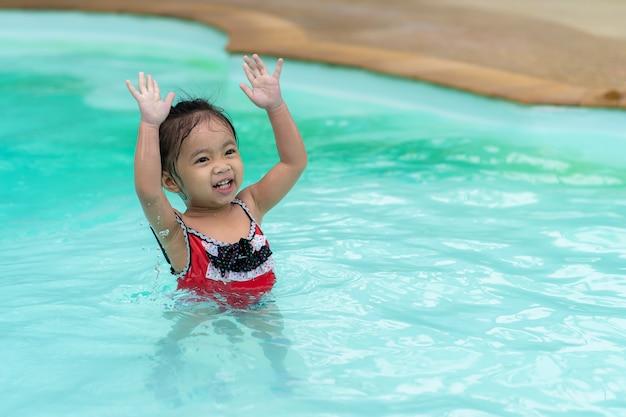 Feliz, bebê menina asiática, em, piscina Foto Premium